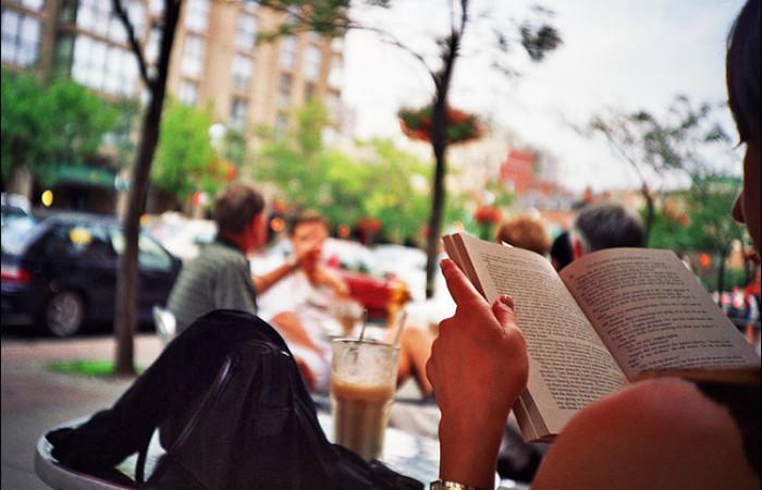 Čitanje u kafiću